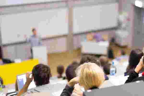 大学还是大学辍学生?年轻企业家的困境。